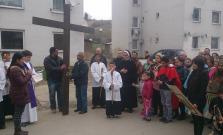 Rómovia z Poštárky si na Veľký piatok pripomenuli krížovú cestu v dobových kostýmoch