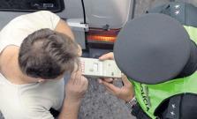 Opitého vodiča polícia zadržala a za volantom ho nahradil opitý spolujazdec