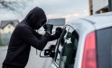 Neznámy páchateľ vykradol auto, spôsobil škodu takmer tristo eur