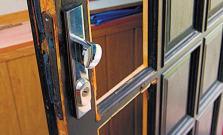 Vykopol dvere na bytovom dome, škoda takmer 600 eur