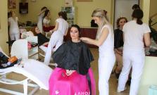 Študentky z odboru kozmetička a vizážistka maturovali