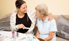 Opatrovateľky navštevujú seniorov priamo u nich doma