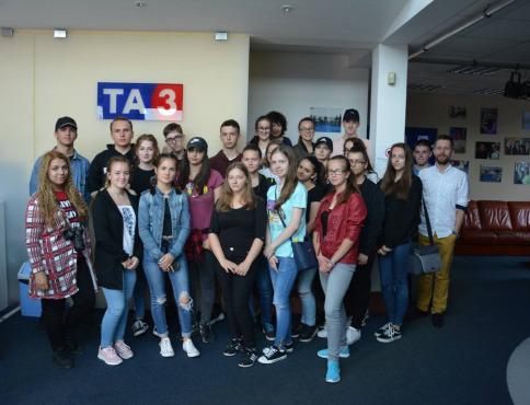 Biotechnológovia, sociálni pracovníci a grafici digitálnych médií na exkurzii
