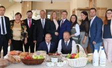 P. Goriščák si prevzal plaketu z rúk ministra, ktorú mu udelil pri príležitosti návštevy okresu Bardejov