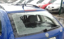 Mladík hádzal kamene do auta