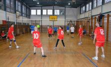 ZŠ na Komenského ulici pripravila turnaj pre rodičov, absolventov, učiteľov a reprezentantov MsÚ