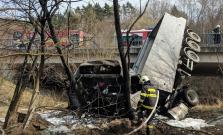 Vážna dopravná nehoda pri Raslaviciach, vodiča kamióna previezli do nemocnice