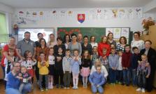 Prváčikovia zo ZŠ Komenského si pripravili vystúpenie pre mamičky