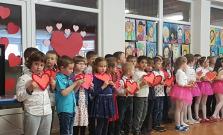 Deti zo ZŠ s MŠ Pod Vinbargom si pripravili vystúpenie pre mamičky