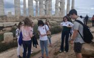 grécki študenti si obliekajú slovenské trička.jpg