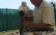 Ján Palko zo Štiavnika pracuje nad sochou Víťazný Kristus.JPG
