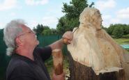 Miro Janič pracuej na soche kľačiacej ženy.JPG