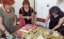 Ženy maľovali obrázky
