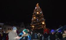 Mikuláš rozsvietil vianočný stromček na námestí