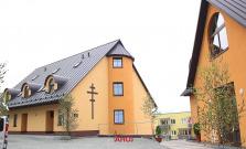 VIDEO | Na sídlisku Vinbarg posvätili novú farskú budovu