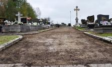 Vo Svidníku rekonštruujú chodníky na cintoríne