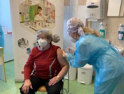 V Košiciach sa už očkuje treťou dávkou proti koronavírusu