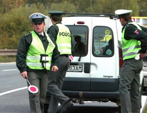 Viac ako sto policajtov na cestách kontrolovalo dodržiavanie zákona