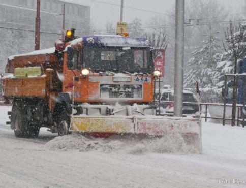 Zlá situácia na cestách, šmýkali sa hlavne kamióny. Kolóna na trase Bardejov - Prešov