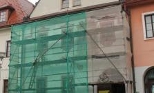 Opravujú fasádu na meštianskom dome č. 26