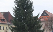Na námestí pribudol vianočný stromček a adventný veniec
